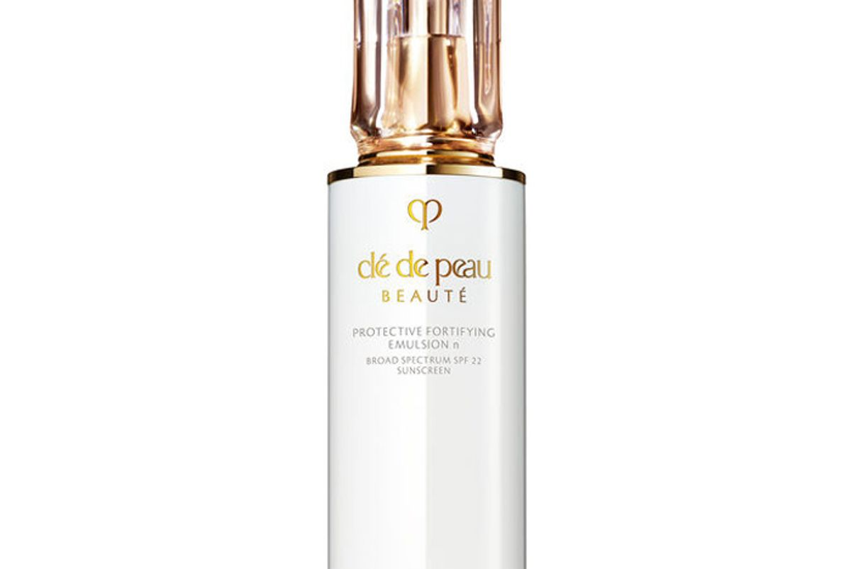 cle de peau beaute protective fortifying emulsion spf 22