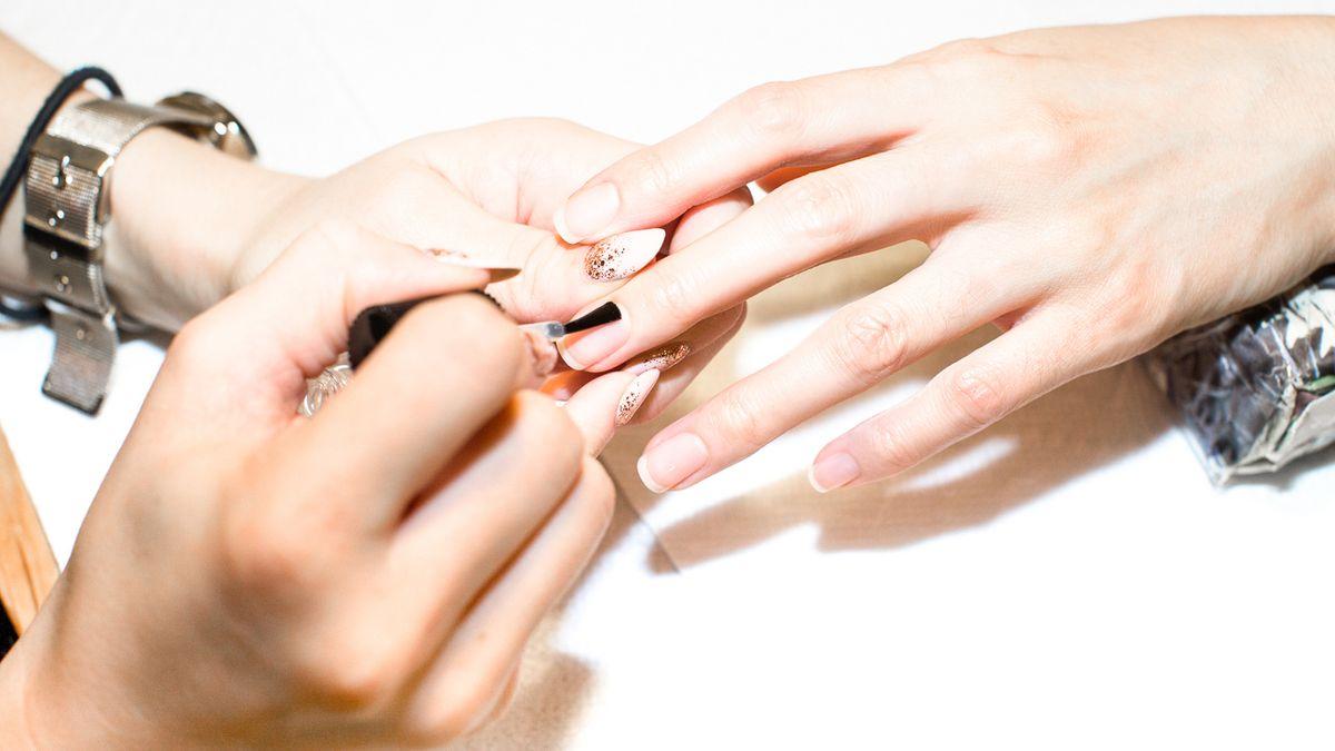 awards season black nail polish trend