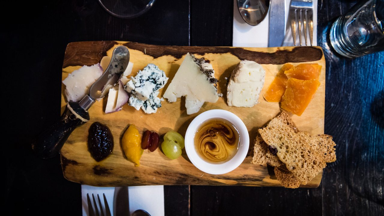 How to Properly Put Together a Cheese Plate