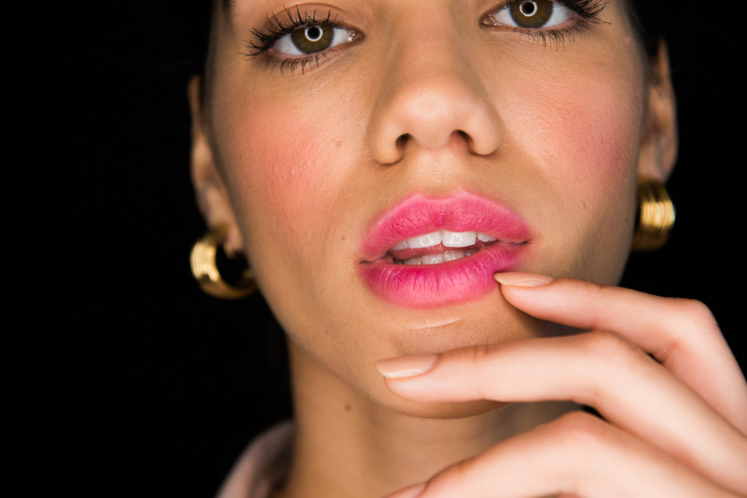 how to do a pearlescent pink lip stain makeup look